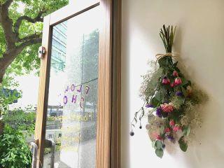 当店セレクトのお花でスワッグを作ります