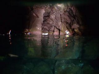 洞窟内をシュノーケリングで横断!