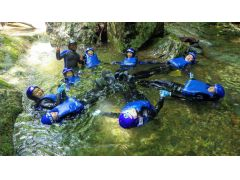 度胸試しのダイブをしたり、川にプカプカ浮いてみたり。お楽しみが盛りだくさん!