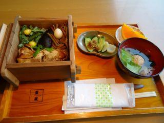 徳島名産の阿波尾鶏を使ったせいろ蒸し、うまみも凝縮して絶品です