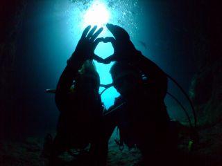 青の洞窟を本格的に楽しめる人気No.1のロングコース!!最大水深10mのだから青の洞窟の最深部でケーブブルーに包まれたとっておきの写真撮影も可能です!!
