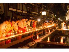 1月15日の三寺参りは、幻想的な風景です。