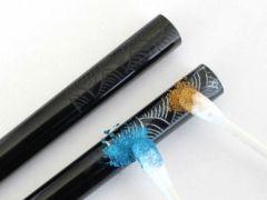 7色の金属粉で色をつけていきます。複数色にすることもできます。
