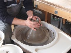 まず、粘土の塊に穴を開けます。