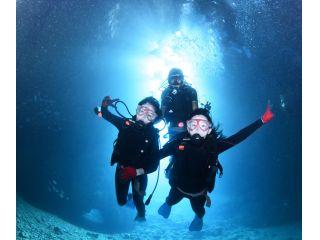 青の洞窟の美しさ、お客様の表情もバッチリです♪