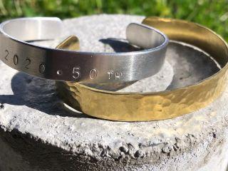 アルミと真鍮のバングル。槌目模様や刻印でメッセージを打つこともできます