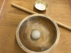 石臼でひいた純正そば粉と天然の山芋を合わせ、湧き水で打つ本格そば打ち体験☆