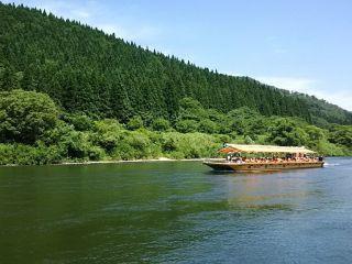 """最上川の流れに身をまかせ、船上からの景色を楽しむ """"最上峡芭蕉ライン舟下り"""""""