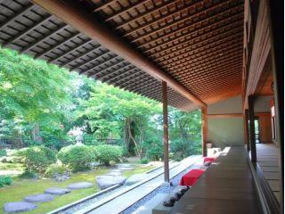 日本屈指の豪農 原田巻家の別邸。日本三大宮大工 松井角平が日本中の銘木を集めて3年半の歳月をかけて手掛けた建物。四季を彩る枯山水の庭園の眺めが見事