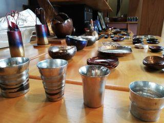 世界で注目される燕市の伝統工芸。一枚の金属板からぐい飲みや酒器や茶器などを作り出す