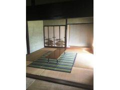 冷暖房完備の休憩所。遊具、書籍も用意しています。 母屋の古民家と芝生のガーデン