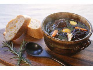 20日間以上じっくり煮込んだ自慢のデミグラスソースで仕立てたビーフシチューを熱々の土鍋でお召し上がりください。