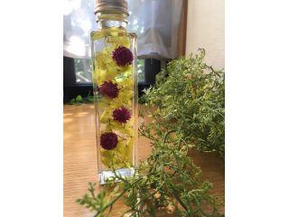 生花は枯れてしまいますが、生花のような瑞々しい花をオイルに入れて飾れます。