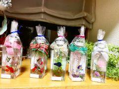 プレゼントにもハーバリウムは最適です。ボトルの形もお選びいただけます。