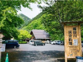 入口は木製の看板が目印です。