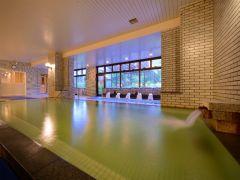 【大浴場】約13tの湯量豊富に注ぐ彩りが窓からこぼれる湯の空間