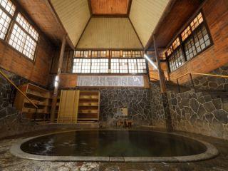 日本一深い自噴天然岩風呂「白猿の湯」 深さ平均1.25mあり湯底から生まれ立ての源泉が湧き出ています。 本物の温泉・源泉をご体験できます。 源泉100%かけ流し