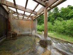 露天風呂「桂の湯」 男女別「内風呂併設」 眼下に清流「豊沢川」を望む、野趣あふれる浴場です。 源泉100%かけ流し