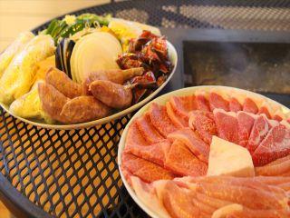 """食材持ち込みOK!面倒な方は""""肉の金澤""""に事前に予約をしておくと、キャンプ場で食材を預かってもらえてとても便利!!"""