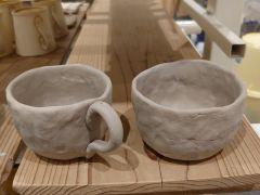 たくさんの陶芸作品に囲まれながら、手びねり作陶に没頭していただけます。