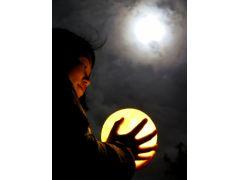 月の日には月の観察。一人一台望遠鏡がつかえるとじっくり観察できます。