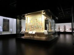 宝物館では、太子堂須弥壇(祭壇)の壁画を復原した空間展示を行っています。