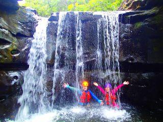 夏の人気滝遊びキャニオニング