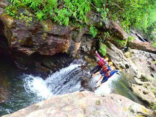 夏の西表島で人気の滝遊びキャニオニング