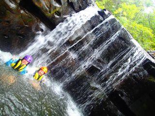 夏の人気滝遊びキャニオニングツアー