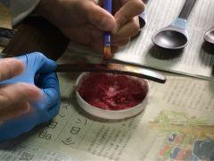 漆で絵や図柄を描いた後に、キラキラの金属粉をまきます。