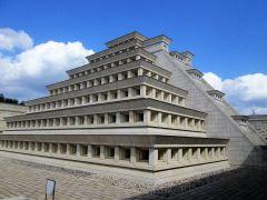 1階中庭のピラミッドは「エルタヒン・壁龕のピラミッド」を模しています