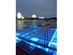 スカイデッキでは、16色も変化するLEDが足元を照らします