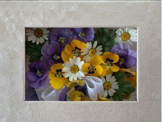 ビオラ2カラーとノースポール、ヒューケラの葉のドライフラワーです。庭に咲く花のイメージで~。フレームの中でずっと咲き続けます。