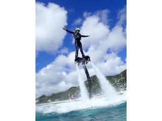足元から噴射される水圧を利用して空中浮遊!不思議な感覚と眼下に広がる美しい海を同時に堪能できる人気のフライボードを体験!