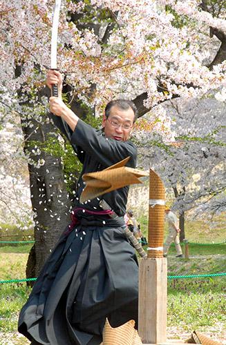 【日本刀試斬体験】★本物の日本刀で試し切り体験を行います。★ガイド付きなので「初...