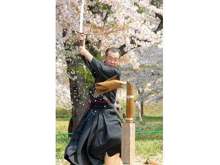 【日本刀試斬体験】★本物の日本刀で試し切り体験を行います。★ガイド付きなので「初心者の方」・「女性」・「年長者」「若者」皆さん安心して体験いただけます。