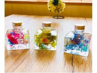 ハーバリウムだけれど…。香水のボトルみたいな四角形が、お洒落です。安定感があるので、アロマオイルを入れて、ディフューザーとしてもおすすめ。