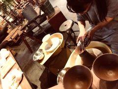 グリーンに囲まれた穏やかな空間での陶芸体験。