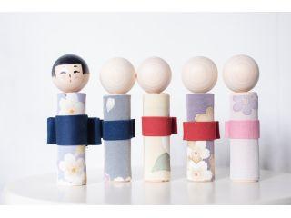 【こけしの絵付け体験|友禅こけし作り】金沢の伝統工芸「加賀友禅」を纏ったこけしの絵付け体験!インスタ映え間違いなし★つまみ細工を装飾した撮影スペースあり♪人気観光地「ひがし茶屋街」から徒歩圏内です!