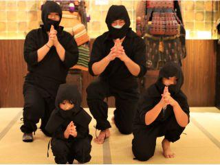 家族で楽しめる忍者体験では忍者のコスチュームを着てニンニンポーズ♪