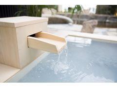 【ミルキーソーダ(炭酸泉 / 酸素泉)】新陳代謝の促進や美肌効果があるとされる炭酸泉・酸素泉を檜(ひのき)の浴槽でお楽しみいただけます。