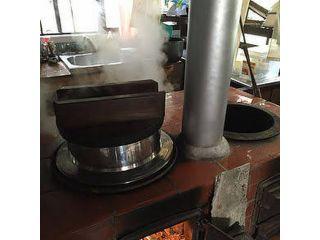 杉の枯れ枝や薪をくべて火をおこし、かまどご飯を炊く体験ですご飯は白米か十六穀米か選んでいただけます
