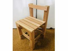 子ども用イス。高さ(背もたれの最高)48㎝ 座椅子の高さ(板の最高位置)29㎝ 幅28㎝ 多少の上下は可能です。
