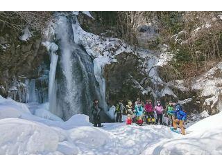 """雪におおわれた迫力の""""尾の島の滝""""の景色を満喫できます。(尾の島自然公園)"""
