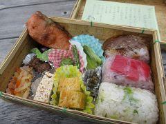 お昼は、旬の開田の郷土食が味わえる健康弁当を召し上がって頂きます。※オプションとなります