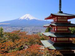 新倉山浅間神社からの写真。富士山と富士吉田市内、忠霊塔をセットに撮影できる絶景写真スポットです。季節を感じる写真を撮影することができます。