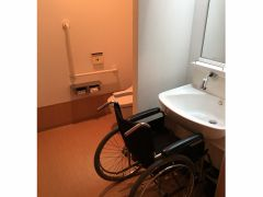 ユニバーサルルームの洗面台の様子です。お部屋を出て頂くとオストメイト対応トイレも別途御座います。