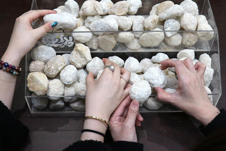 【運試しにもおすすめ!原石を探せ☆水晶ジオード(晶洞)割り体験】~~カップル・女...