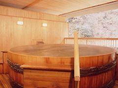 巨大な檜桶露天風呂(大浴場に併設)