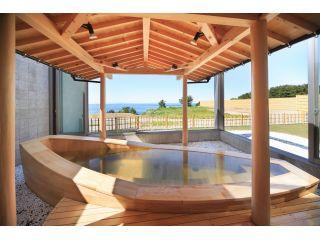 ハタハタ舟をモチーフにした露天風呂♪ 日本海が一望できます。